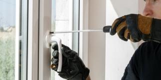 serramentista che ripara una finestra e monta nuovi infissi